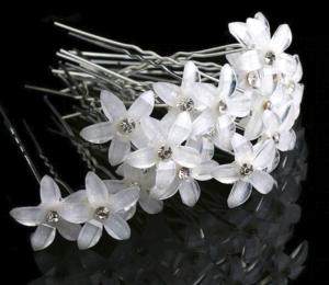 Бели фуркети с цвете за прическа.