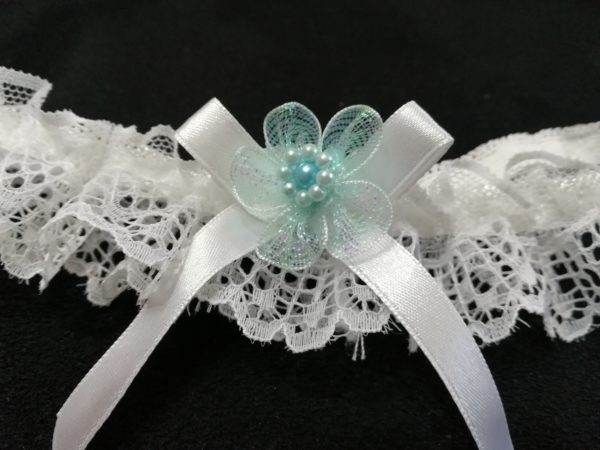 Бял жартиер със синьо цвете