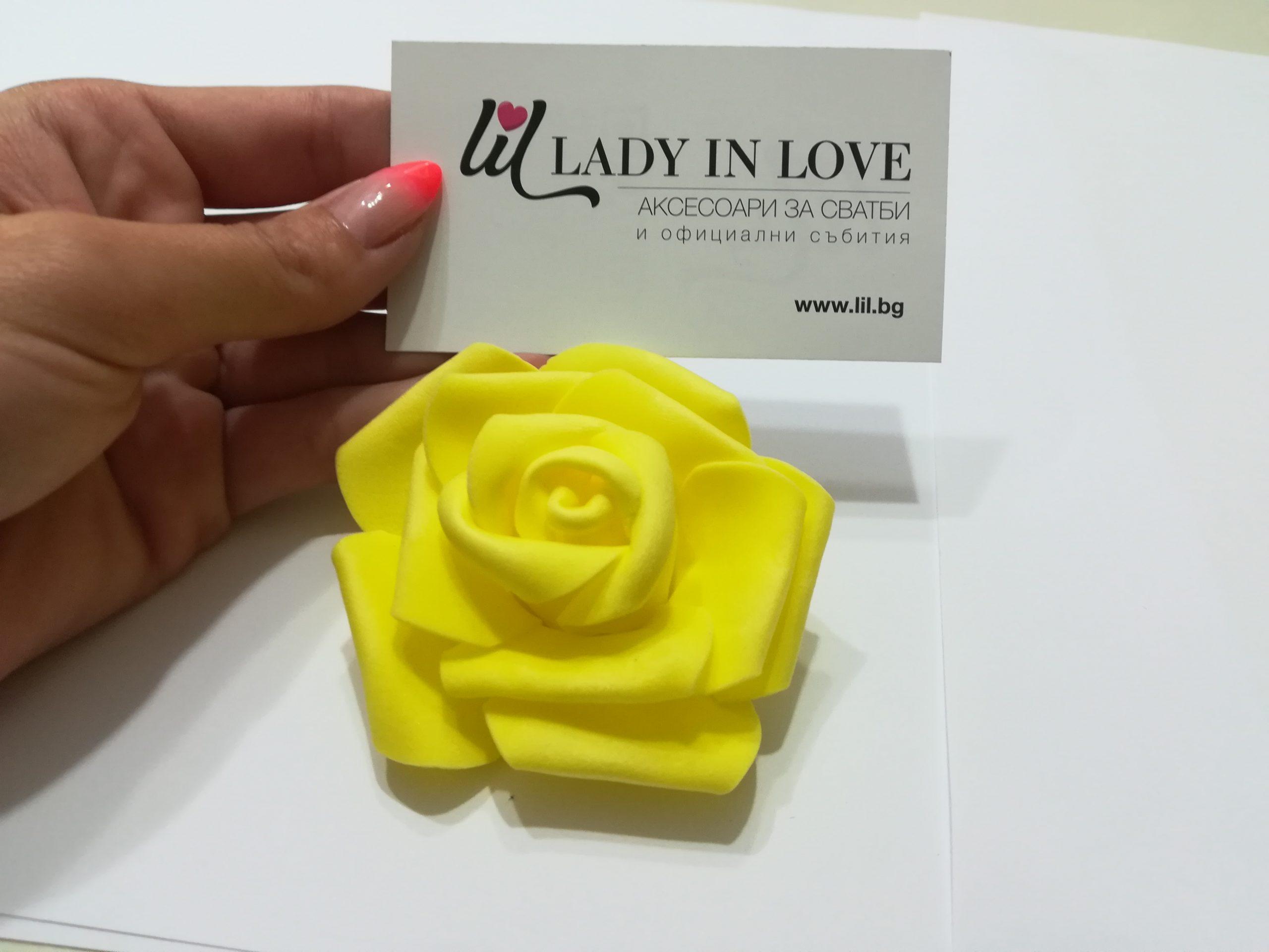 Големи жълти рози