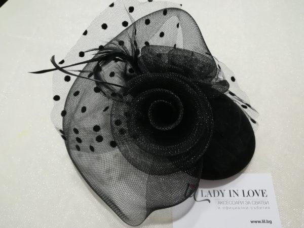 Черна шапчица с мрежа